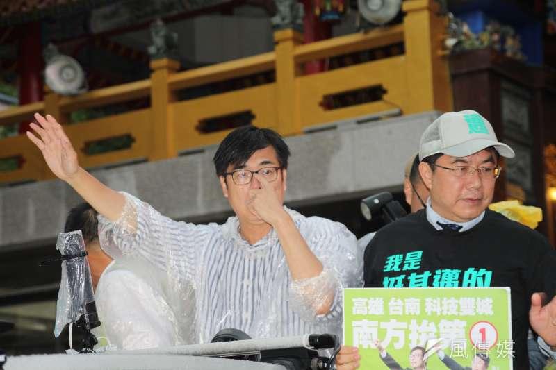 20200813-民進黨高雄市長補選候選人陳其邁(左)13日晚間赴大寮掃街,台南市長黃偉哲也陪同掃街。(黃信維攝)
