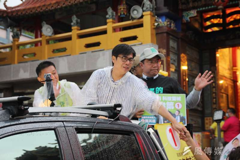 民進黨高雄市長補選候選人陳其邁(左)13日晚間赴大寮掃街,台南市長黃偉哲也陪同掃街。(黃信維攝)la-hand