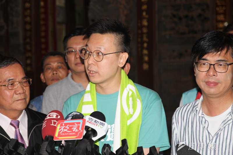 民進黨高雄市長補選候選人陳其邁(右)13日晚間赴大寮掃街,民進黨副秘書長林飛帆(中)也陪同掃街。(黃信維攝)