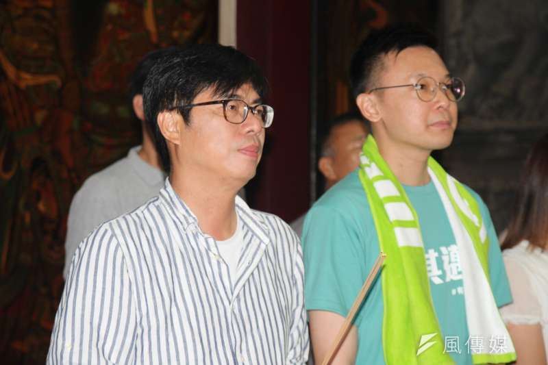 20200813-民進黨高雄市長補選候選人陳其邁(左)13日晚間赴大寮掃街,民進黨副秘書長林飛帆(右)也陪同掃街。(黃信維攝)