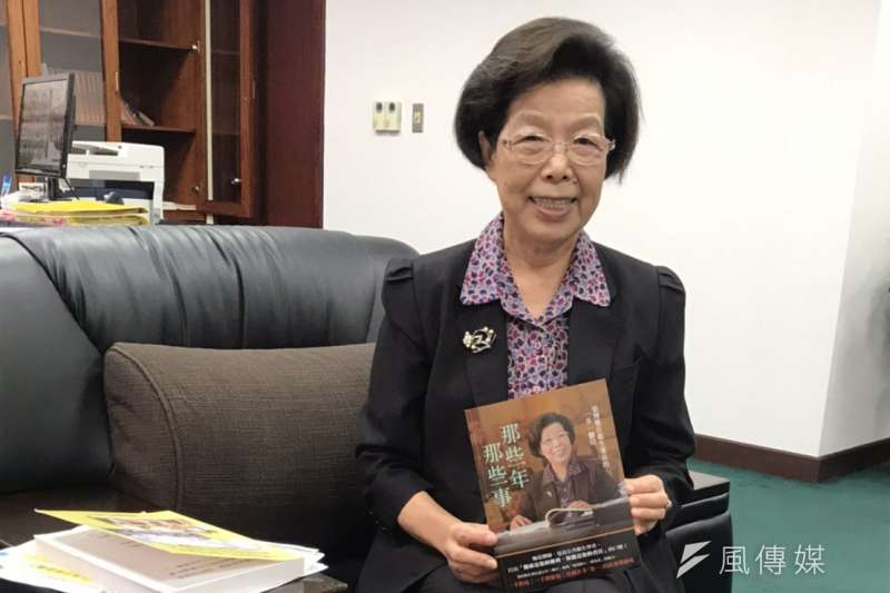 張博雅拿著母親許世賢史實彙編的書籍,強調向母親的公正無私看齊。(李順德攝)