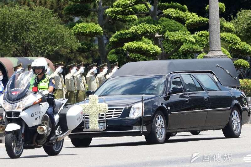 前總統李登輝辭世,14日上午舉行入殮火化禮拜。載著李登輝遺體的靈車車隊,上午通過列隊敬禮的憲兵前。(蘇仲泓攝)