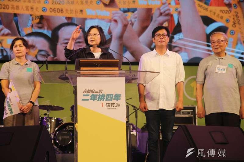 高雄市長補選投票前夕,民進黨候選人陳其邁(左三)在鳳山西站旁廣場舉辦選前之夜,總統蔡英文(左二)也到場站台。(黃信維攝)