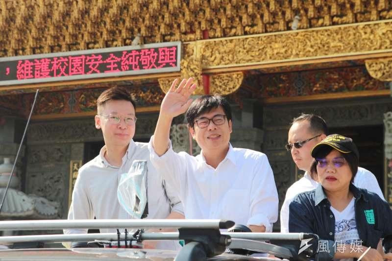 民進黨高雄市長候選人陳其邁(右)14日一早在民進黨副秘書長林飛帆(左)的陪同下至高雄左營楠梓、三民等地區掃街拜票。(黃信維攝)