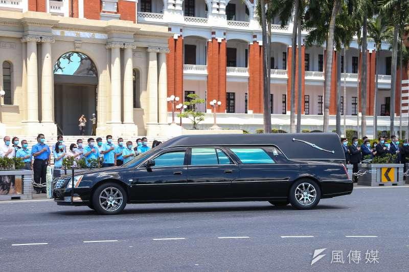 總統府表示,8月19日將於總統府召開治喪大員會議,商討前總統李登輝的後續治喪事宜。圖為李登輝移靈車隊。(顏麟宇攝)