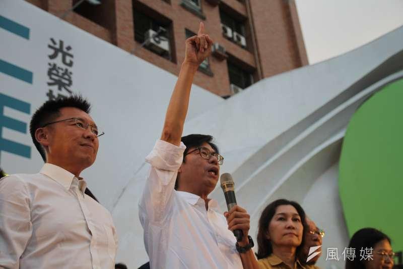 陳其邁以七成的得票率成為新任高雄市長。圖為陳其邁確定當選後,向現場熱情的支持者表達感謝。(資料照,黃信維攝)