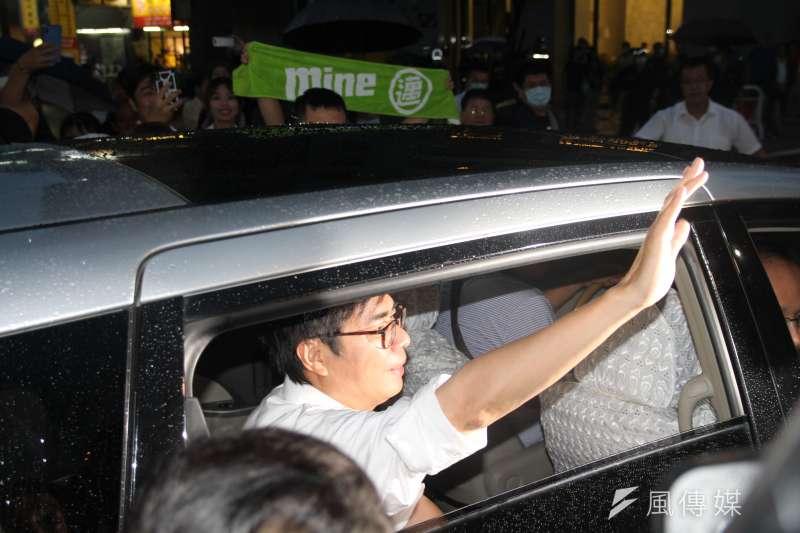 20200815-民進黨高雄市長補選候選人陳其邁確定當選後,向現場熱情的支持者表達感謝。(黃信維攝)