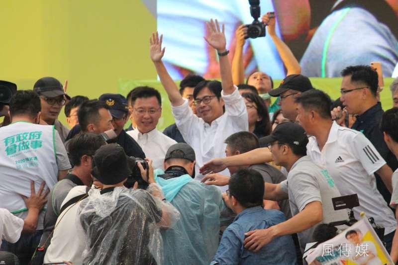 民進黨高雄市長補選候選人陳其邁確定當選後,向現場熱情的支持者表達感謝。(黃信維攝)