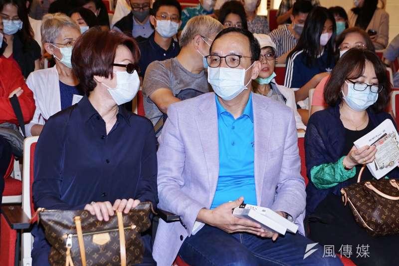 20200816-作家龍應台16日舉行《大武山下》讀者見面會,國民黨前主席朱立倫出席。(盧逸峰攝)