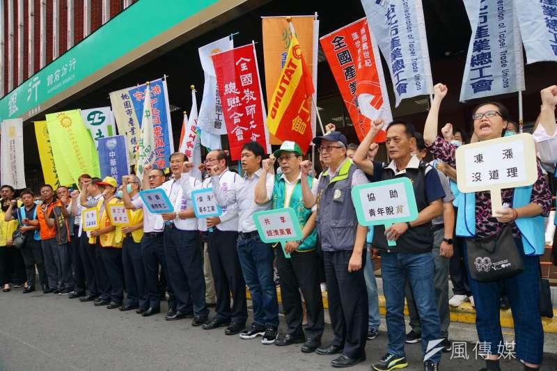 20200818-勞動部18日召開基本工資審議委員會,勞工團體於勞動部外表達訴求。(盧逸峰攝)