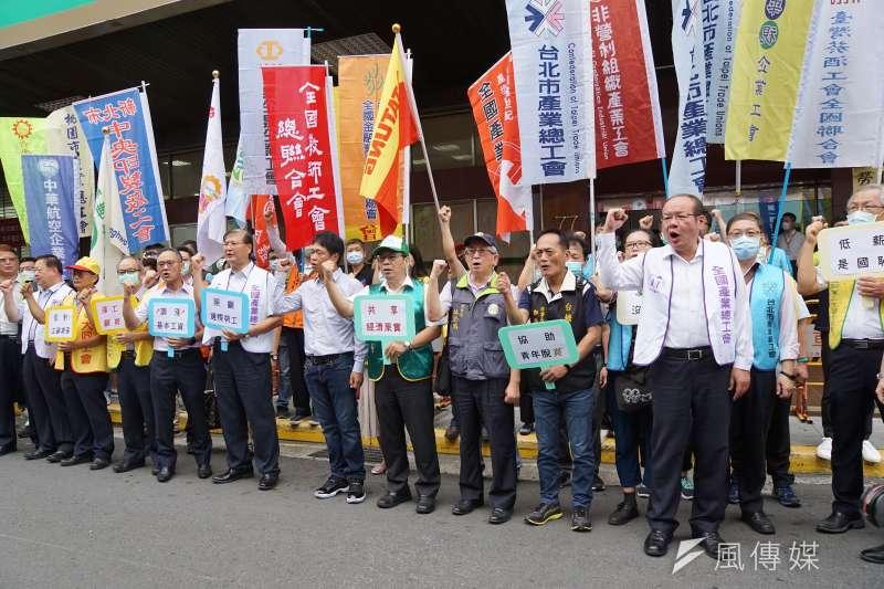 20200818-勞動部18日召開基本薪資審議委員會,勞團在勞動部前表達訴求,勞方委員莊爵安(前排右)帶領高呼口號。(盧逸峰攝)