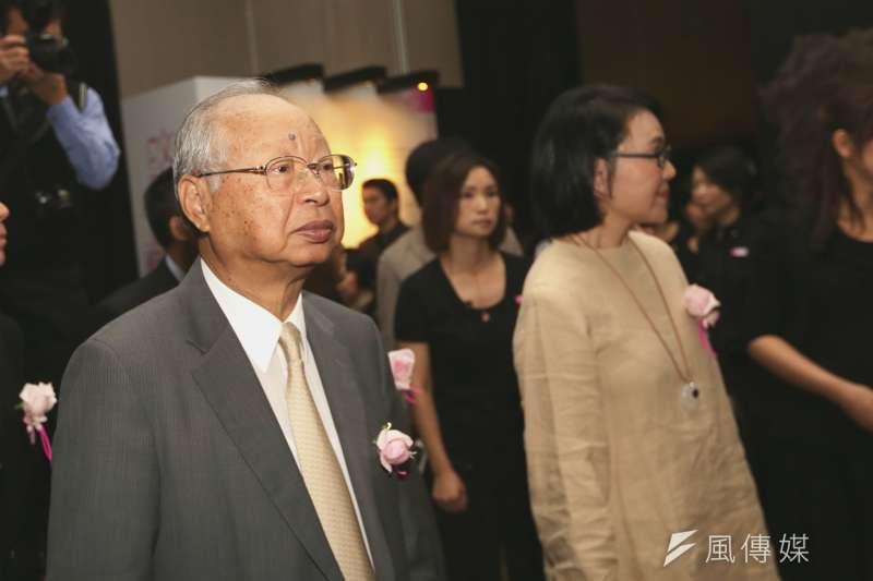 新光三越董事長吳東興(左)於8月20日辭世,享壽 81 歲。(新新聞資料照)