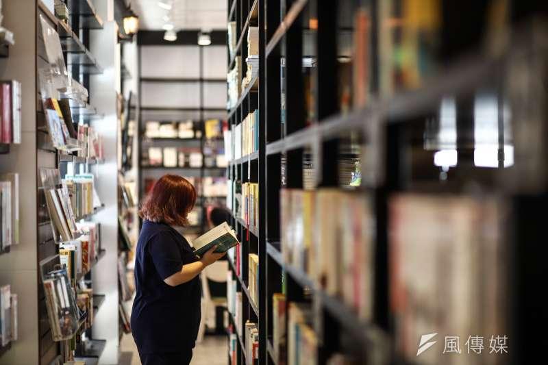 在台北人眼中被貼上「又老又窮」標籤的萬華,卻坐落一處堪稱「圖書館級」的絕美咖啡廳,超過4萬本藏書、點一杯飲料就能看到飽...(陳品佑攝)