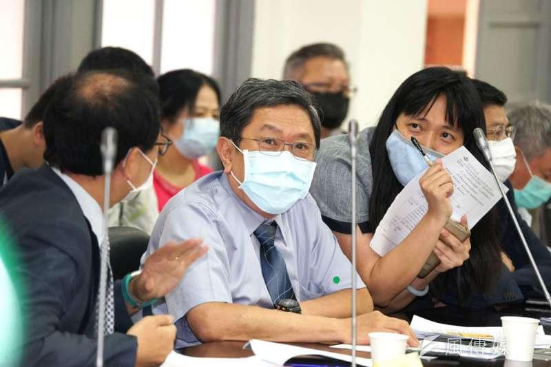 中央流行疫情指揮中心專家小組諮詢委員李秉穎17日認為,台灣取得輝瑞疫苗的可能性高,最快可在明年3月、最晚6月施打。(資料照,盧逸峰攝)