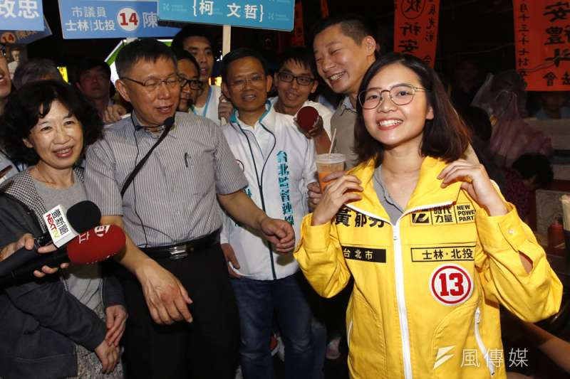 黃郁芬(右一)認為2年前她支持柯文哲(左二)是一個過渡期的選項。(郭晉瑋攝)