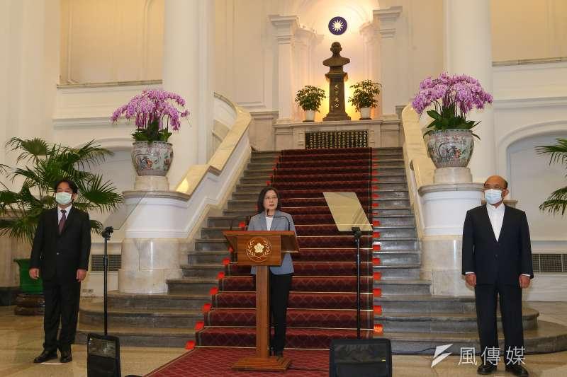 總統蔡英文(中)28日宣布開放美豬美牛,副總統賴清德(左)陪同出席總統府記者會。(資料照,顏麟宇攝)