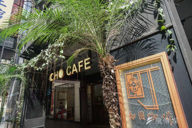 20200828-cho cafe 老闆賴佩立介紹該店場景特色。(蔡親傑攝)