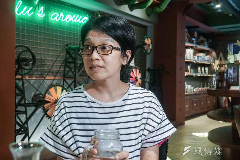 20200828-cho cafe 老闆賴佩立介紹該店場景特色,圖為該店烘豆師王詩如介紹該店咖啡。(蔡親傑攝)