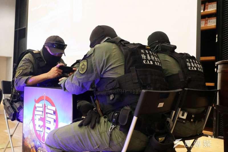 20200829-刑事局「除暴特勤隊」四名隊員與反毒電競大賽的冠軍隊伍在手遊上廝殺。(蘇仲泓攝)