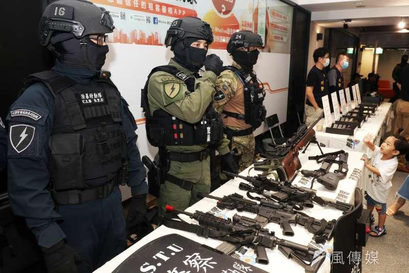 20200829-刑事局暑期舉辦電競大賽,29日下午舉行頒獎典禮,現場展示該局特勤警力相關裝備。(蘇仲泓攝)