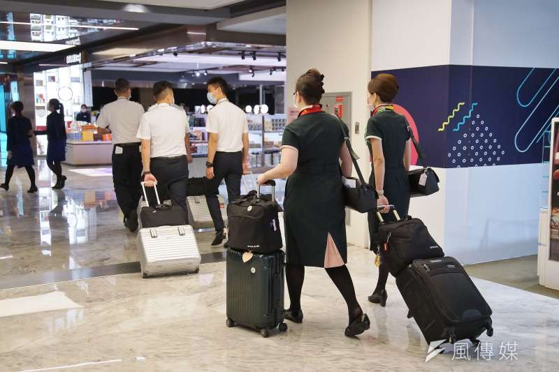 20200830-桃園國際機場一景,機師及空服員值勤。(盧逸峰攝)