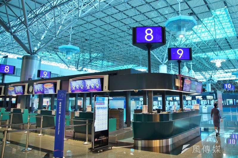 桃園國際機場一景,受疫情影響航班大幅取消,航廈空蕩蕩。(盧逸峰攝)