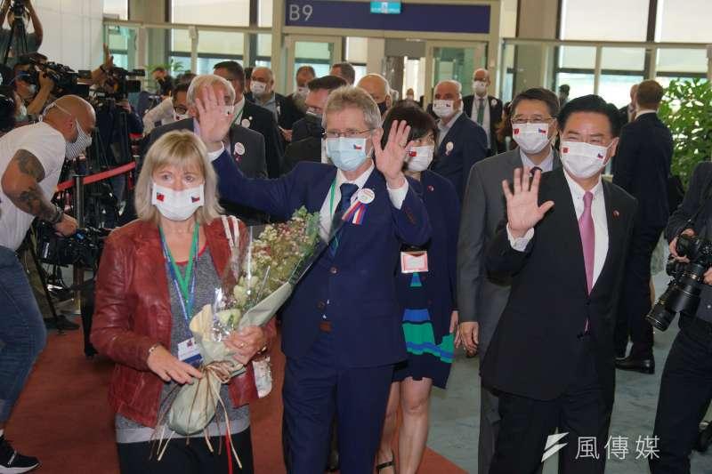 20200830-捷克議長韋德齊30日率採訪團抵達台灣桃園國際機場,外交部長吳釗燮(右)親自接機。(盧逸峰攝)