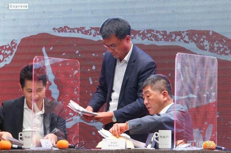 20200829-農委會主委陳吉仲(中)、衛福部長陳時中(右)針對開放美豬、美牛議題說明。(顏麟宇攝)