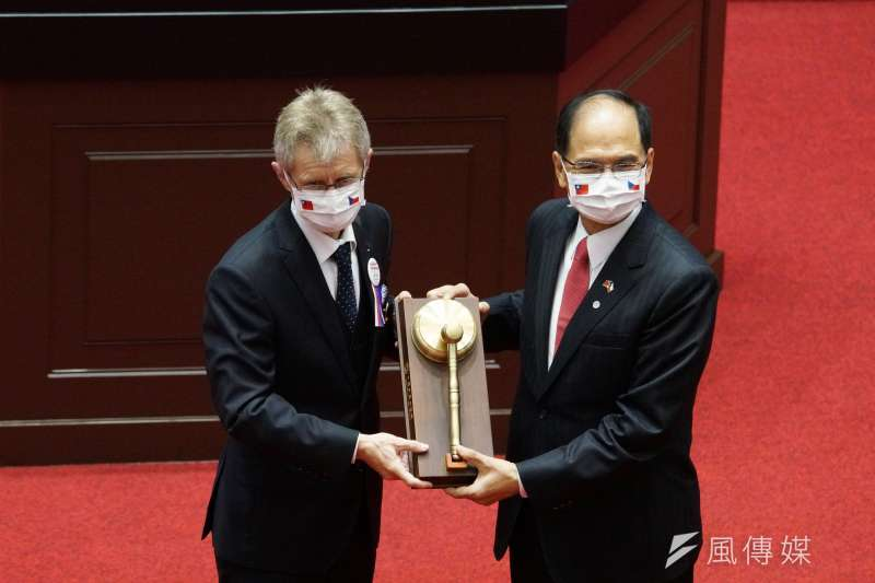 捷克參議院議長韋德(左起)齊1日率團到訪立法院,院長游錫堃致贈紀念議事槌。(盧逸峰攝)