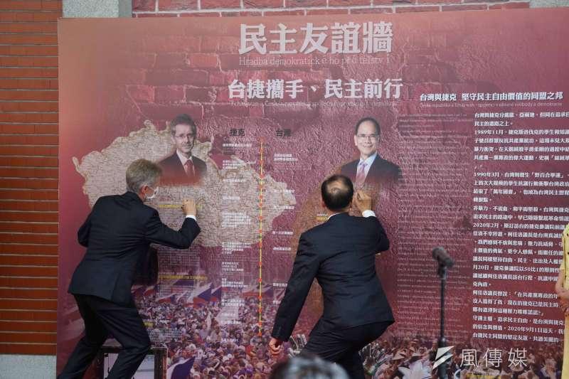 20200901-捷克國會議長維特齊1日參訪立法院,與院長游錫堃在民主友誼牆上簽名留念。(盧逸峰攝)