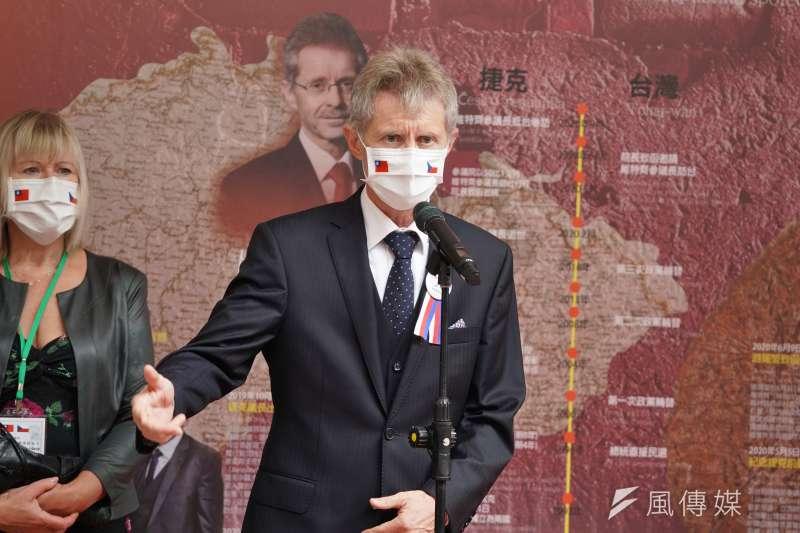 捷克參議院議長韋德齊(Miloš Vystrčil)率團參訪立院,於民主友誼牆前受訪。(盧逸峰攝)