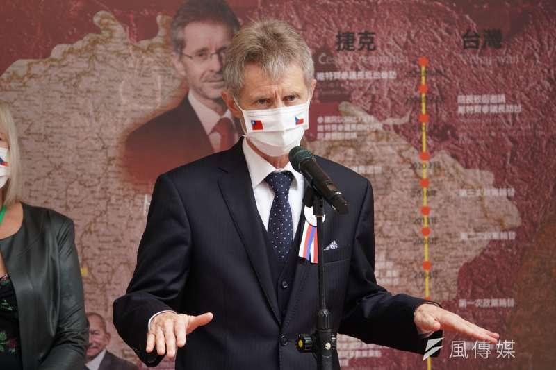 捷克參議院議長韋德齊(Miloš Vystrčil)1日率團參訪立院,於民主友誼牆前受訪。(盧逸峰攝)