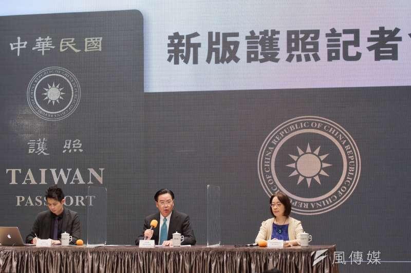 20200902-行政院2日舉行新版護照記者會,外交部長吳釗燮(左二)出席。(盧逸峰攝)