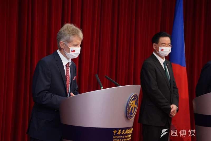 2020年9月3日,捷克參議院議長韋德齊、外交部長吳釗燮出席外交部記者會。(盧逸峰攝)