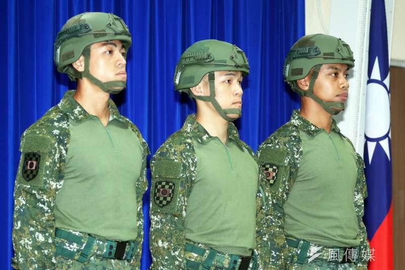 國軍正式名稱為「透氣戰鬥衫」,外界俗稱「青蛙裝」,主要用於救災任務。(蘇仲泓攝)