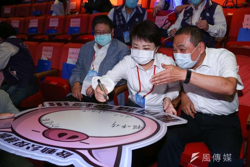 台中市長盧秀燕、新北市長侯友宜出席國民黨全代會,並簽署瘦肉精零檢出公投連署。(顏麟宇攝)