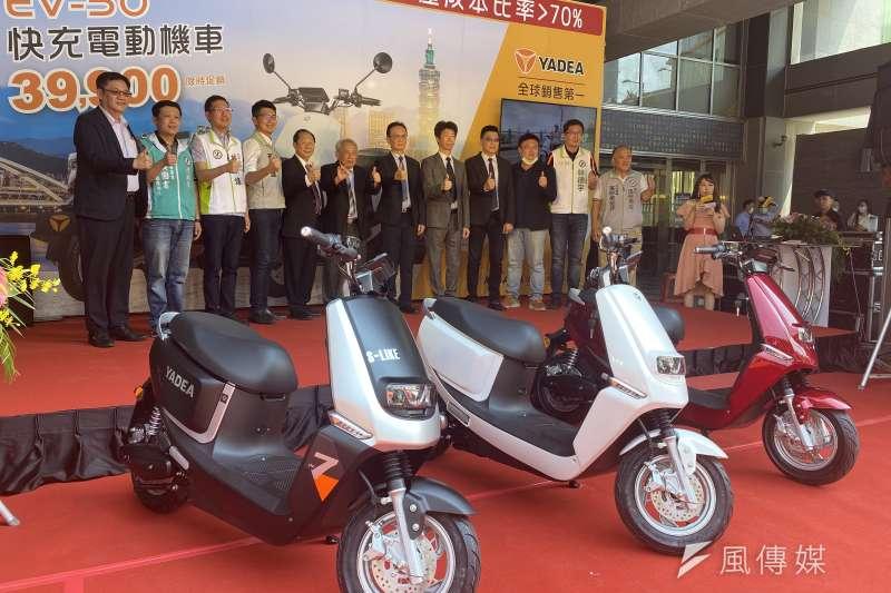 業者推出輕型電動機車採車輛及電池一併出售,並降低售價搶攻電動車市場。(圖/王秀禾攝)