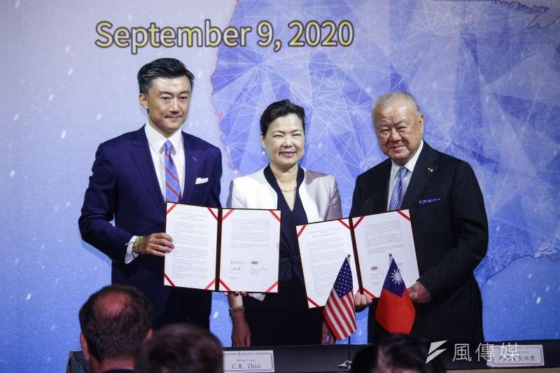 20200909-工商協進會理事長林伯豐(右)與台北市美國商會會長CW Chin(左)簽署共同聲明,中為經濟部長王美花。(蔡親傑攝)