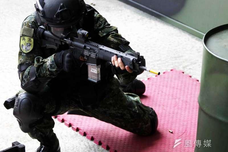 首都憲兵近年在勤務服裝、武器裝備上有多項精進、變化,其中又以總統府憲兵營為這幾篇革新的縮影。圖為憲兵展示應用射擊科目,步槍上裝有紅點瞄具。(資料照,蘇仲泓攝)