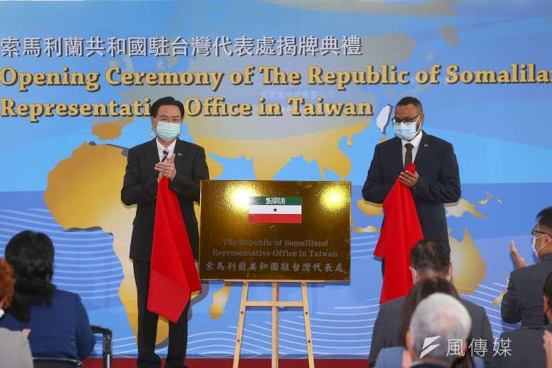 索馬利蘭代表穆姆德(右)、外交部長吳釗燮(左)9日出席索馬利蘭共和國駐台灣代表處揭牌儀式。(顏麟宇攝)