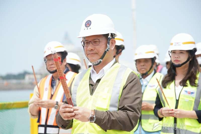20200909-交通部長林佳龍9日出席淡江大橋主橋塔鋼管樁圍堰合龍祈福典禮。(盧逸峰攝)