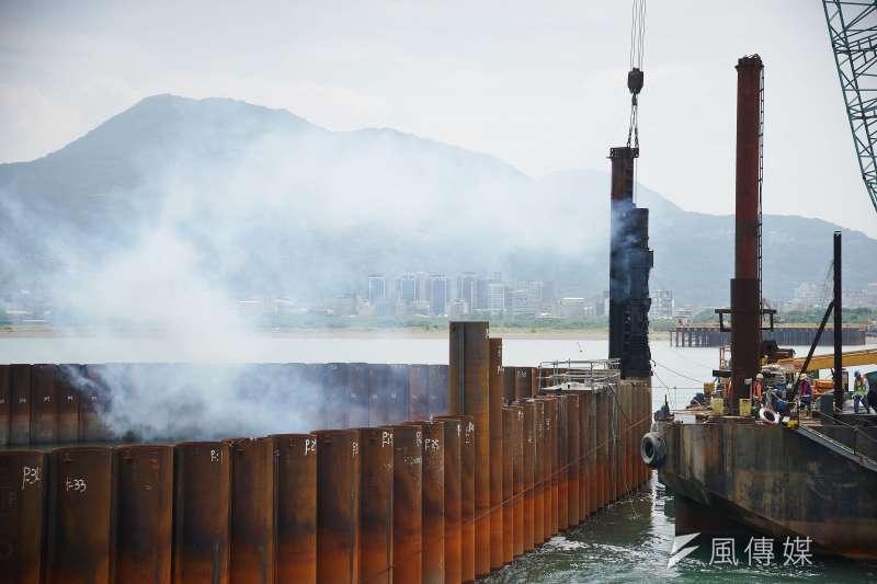 淡江大橋P130主塔工程作業提前於東北季風前完成合龍。圖為工程團隊將最後1根鋼管打入基樁中。(盧逸峰攝)