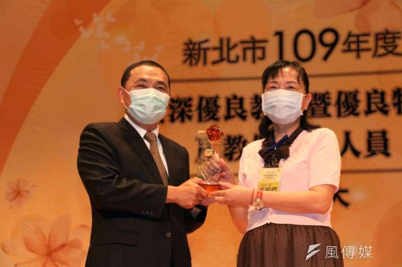 侯友宜頒獎表揚40年資深優教師給江翠國小校長周麗櫻。(圖/李梅瑛攝)
