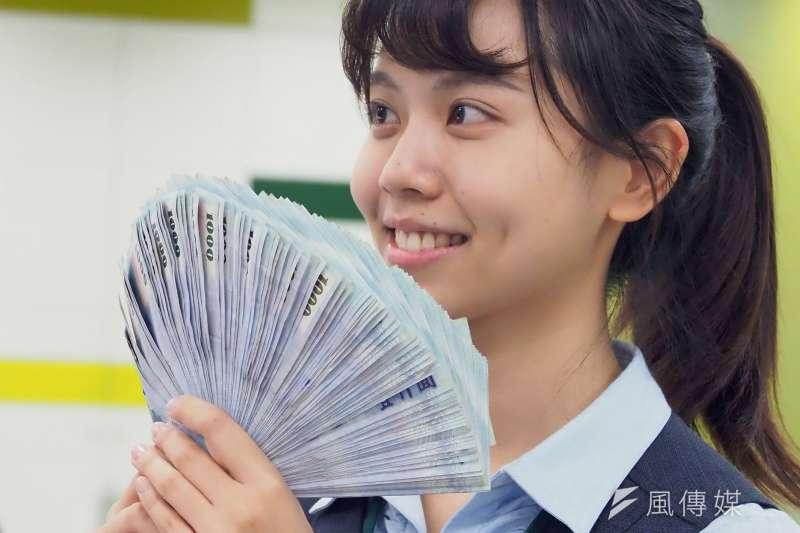 20200911-第一銀行延吉雙語分行的櫃台專員正在點數新台幣鈔票。(林瑞慶攝)