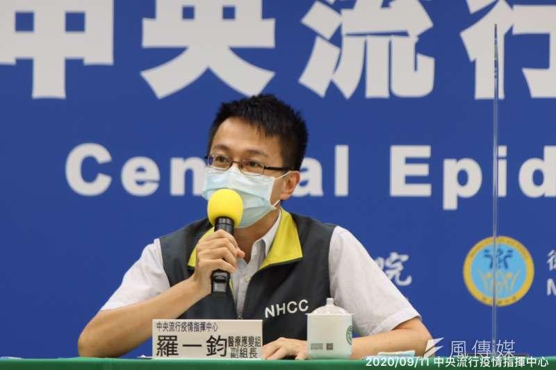 疾管署副署長羅一鈞宣布國內新增14例境外移入確定病例。(資料照片,指揮中心提供)