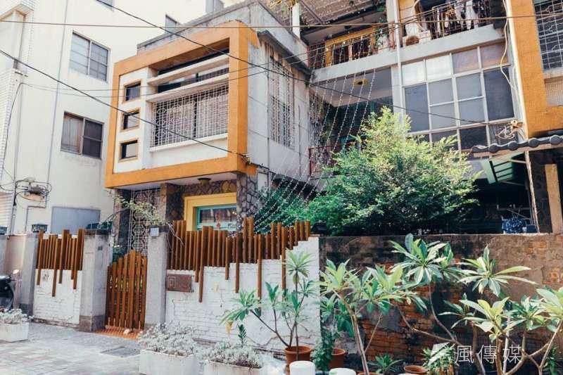 50年以上歷史的新興區復古老宅民宿。(圖/徐炳文攝)