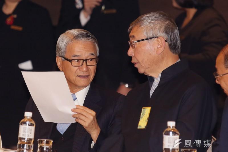 20200915新光人壽董事長吳東進(左)。(資料照郭晉瑋攝)