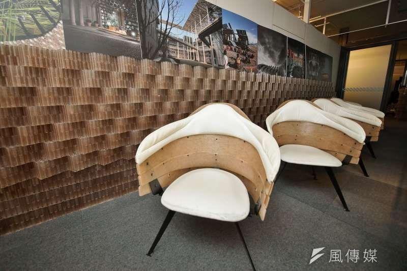 20200915-Miniwiz小智研發執行長黃謙智接受《風傳媒》專訪,其公司內會議室的椅子也是利用垃圾回收再製而成。(盧逸峰攝)