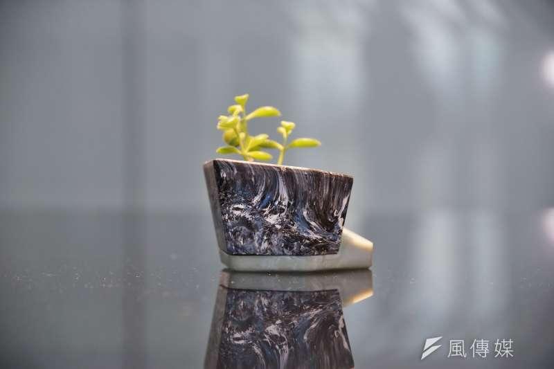 20200915-Miniwiz小智研發執行長黃謙智接受《風傳媒》專訪,圖為垃圾回收再製而成的花盆。(盧逸峰攝)