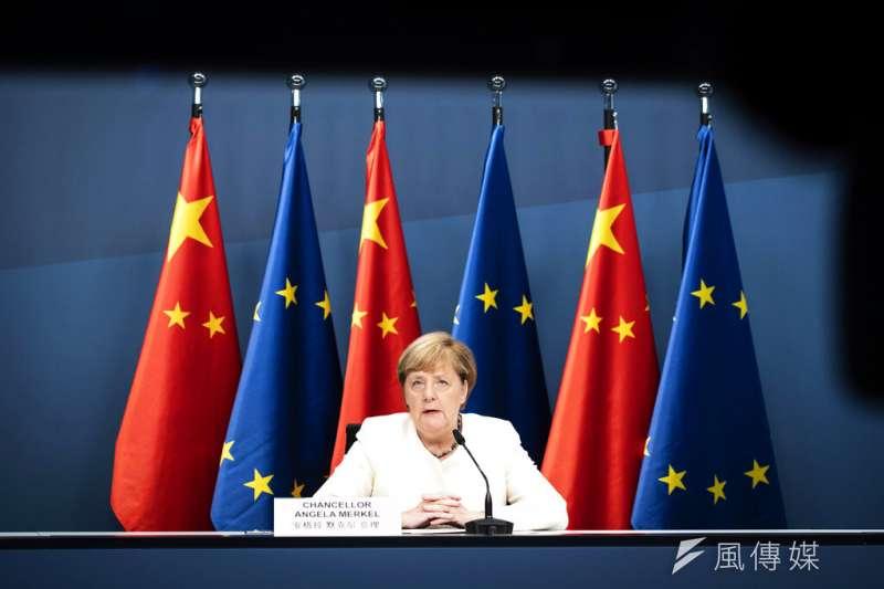 歐盟輪值主席國德國總理梅克爾(圖)、歐盟執委會主席馮德賴恩、歐洲理事會主席米歇爾日前與中國國家主席習近平舉行視訊峰會。(美聯社)